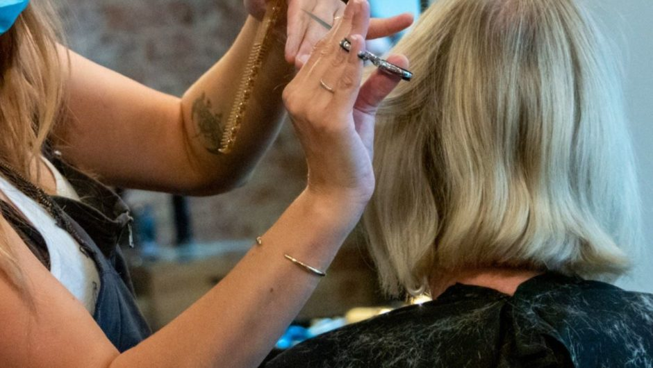 Two Missouri hairstylists with coronavirus saw 140 clients in their salon, but no one got infected